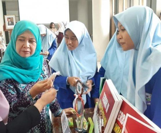 Siswa SMA 1 Rembang Sulap Sampah Plastik Jadi Lem Tembak